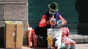 Fruktförsäljare i Quito, Ecuador 23.7.2020. I Latinamerika har matdistributionen försämrats under coronapandemin