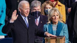 Joe Biden svär presidenteden den 20 januari 2021. Bredvid honom frun Jill Biden som håller Bibeln i famnen.