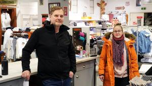 Bild på Nixu Knichter och Petra Biström i en butik.