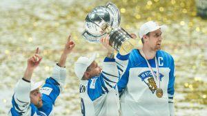 Ishockeylejonen med VM-pokalen.