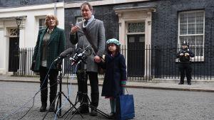 Journalisten Nazanin Zaghari-Ratcliffes man Richard Ratcliffe och dotter Gabriella samt svärmor Barbara talar till pressen efter ett möte med premiärminister Boris Johnson 23.1.2020