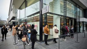 Människor köar för att få gå in och handla kläder i Rotterdam