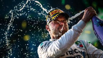 Valtteri Bottas sprutar champagne på sig själv.