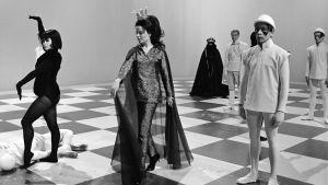 Laulajat Carola Standertskjöld ja Lasse Mårtenson (taustalla) vertauskuvallisessa shakkiottelussa tv-ohjelmassa Temppu - eli miten matti tehdään.