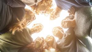 ungdomar i en ring fotade underifrån