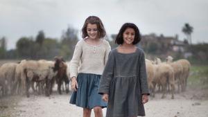Lila (Ludovica Nasti) och Elena (Elisa del Genio)