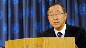 FN:s generalsekreterare Ban Ki Moon vid ett podium