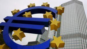 Euro-logo utanför den Europeiska centralbanken