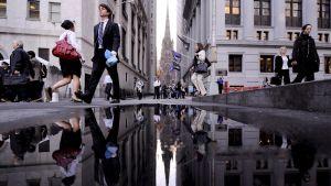 Människor vandrar omkring på Wall Street i New York