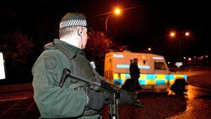 En polis med automatvapen