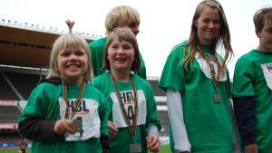 Glada miner hos Seminarieskolan efter silvermedaljer i skyttelstafetten för träningsskolor.