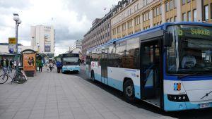 Bussar vid Salutorget i Åbo