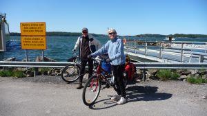 Cykelturister vid Lillmälö färjfäste i Pargas