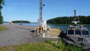 Bryggan vid marinens depå i Skinnarvik