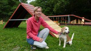 Christina Råstedt med sin hund på skolningsplanen för hundar i Ekenäs.