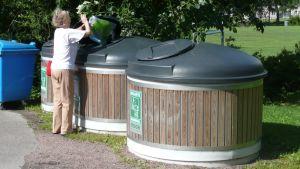 Dam sorterar avfall