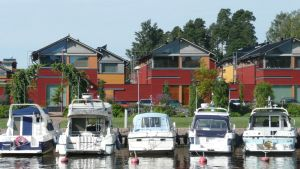 Båtar och trähus på Västra åstranden i Borgå