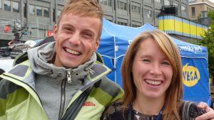 Jontti Granbacka och Anki Virkama och andra BUU-klubbsledare är på torget i Vasa fredag eftermiddag.