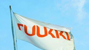 Stålkoncernen Ruukkis flagga, röda bokstäver på vitt.