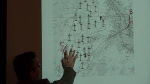 Kommunikationsdirektör Christoffer Wiik visar karta över vindkraftspark i Malax.