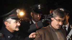 Camorraledaren Luigi Esposito grips av polisen i Neapel den 7 november 2009.