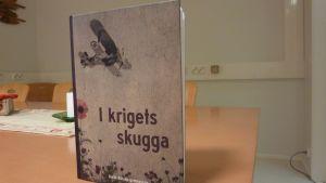 I krigets skugga ges ut av Karis-Billnäs gymnasium