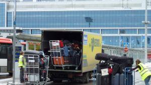 Kappsäckar lastats i lastbil