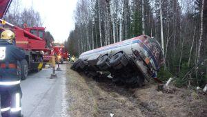 Tankbil i diket på Skrattnäsvägen