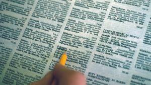 Arbetslös söker jobb via tidning