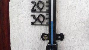 En utetemperaturmätare visar på -27 grader.