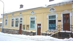 Snö och istappar på gammalt hustak.