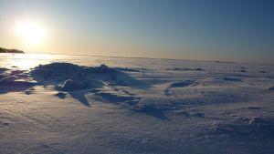 Is- och snötäckt hav vid Vallgrunds sjöbevakningsstation.
