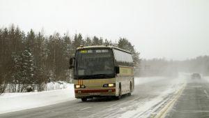 Busshjul på  hal väg.