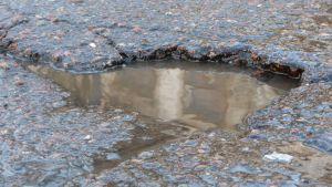Hål i asfaltsbeläggningen