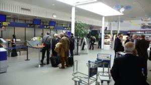 Passagerare på stängd flygstation i Vasa.