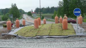 Morötter i ett rondellkonstverk i Nickby, Sibbo. Designat Mari och Pekka Paikkari.