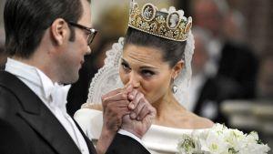 Victoria kysser Daniels hand