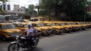 Taxibilar parkerade i rad i Indien.