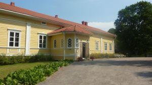 den herrgårdsliknande huvudbyggnaden vid lojo museum