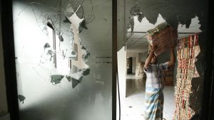 Synliga spår av kravaller i Bangladesh