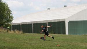 Johnny Ahlfors kastar en frisbee