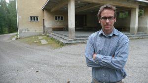 Salpar skolas rektor Kasper Nyberg framför skolans huvudingång.
