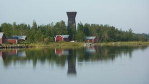 Utkikstornet Saltkaret speglar sig i vattnet i Svedjehamn i Björköby.