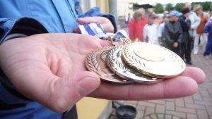 Idrottstävling på centralidrottsplanen. Medaljer delas ut till deltagare.