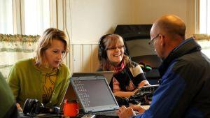 Ulrica Lövdahl, Anette Forsström-Fellman och Evert Rönnqvist i utesändning från Snåres Café i Kronoby.