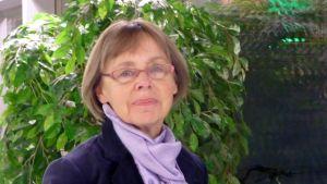 Skoldirektör Birgitta Höglund i Vasa planerar för mindre grupper i undervisningen.