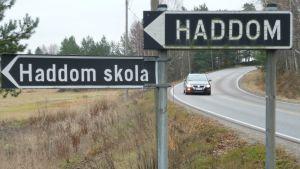 skyltar som visar mot haddom & haddom skola vid lappträskvägen