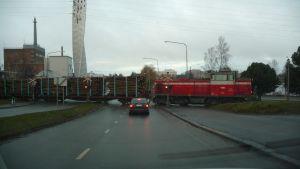 Trafiken vid järnvägsövergången vid Brändö bro får vänta.