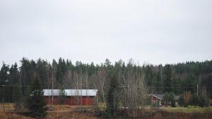 Två ensamma hus på en åker