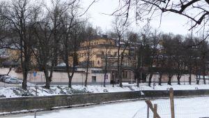 Aboa vetus & Ars Nova ligger vid åstranden i Åbo